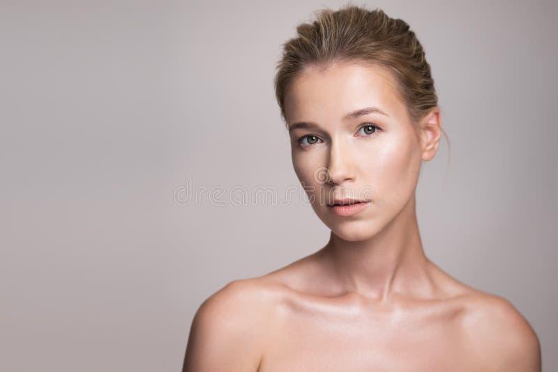 Skönhetstående av den attraktiva mellersta ålderblondinkvinnan arkivbilder