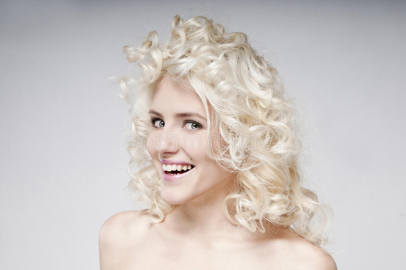 Skönhetstående av den attraktiva unga blonda kvinnan royaltyfria bilder