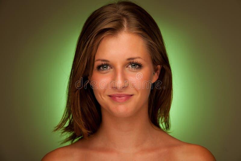 Skönhetstående av den attraktiva unga kvinnan med grön aura royaltyfria bilder