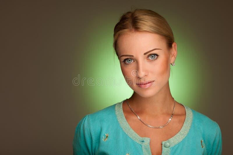 Skönhetstående av den attraktiva unga kvinnan med grön aura royaltyfri foto