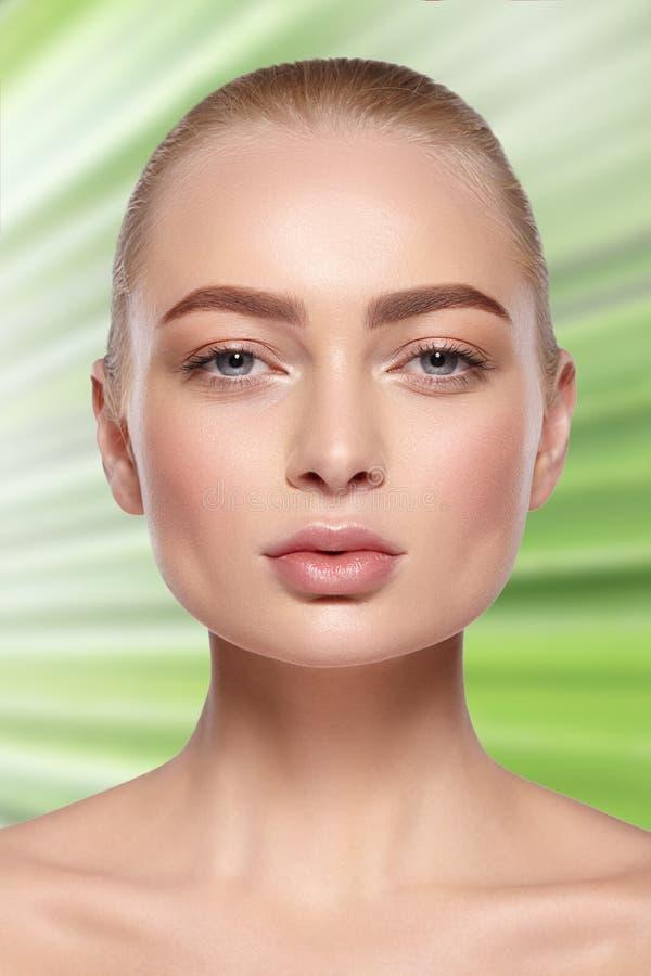 Skönhetstående av den blonda flickan med naturlig makeup arkivfoto