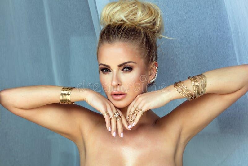 Skönhetstående av den blonda kvinnan med glamourmakeup royaltyfri bild