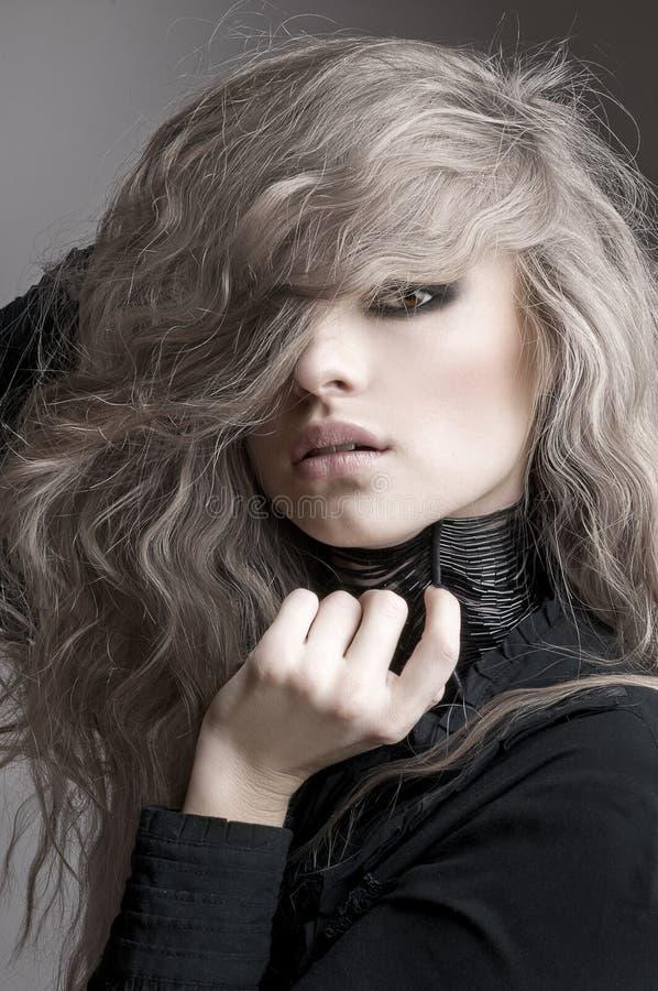 Skönhetstående av den blonda kvinnan med lockigt hår och aftonsmink arkivbilder