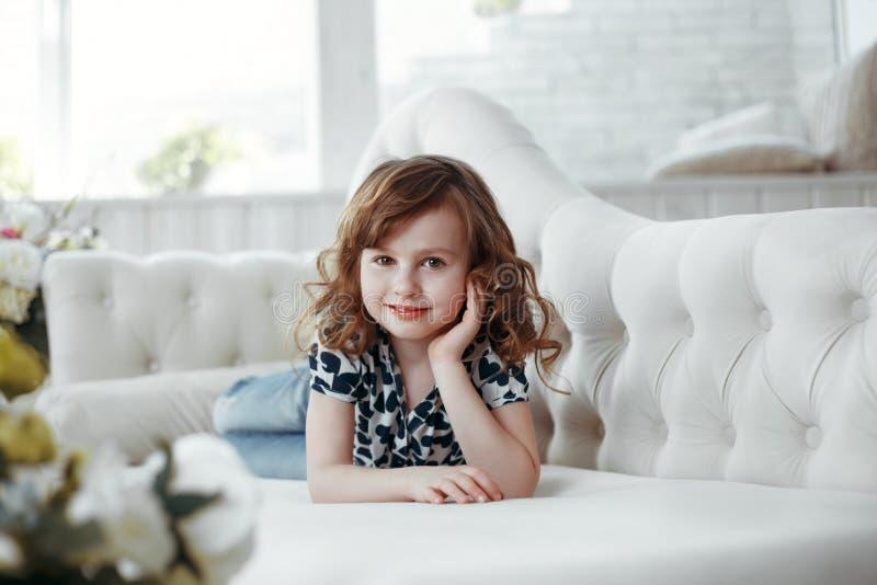 Skönhetstående av den bruna hår- och ögonflickastudioståenden royaltyfri fotografi