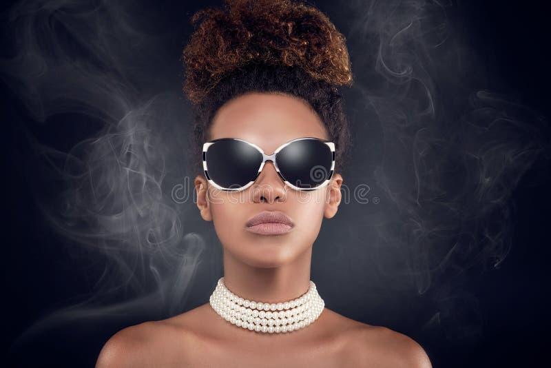 Skönhetstående av den eleganta afrikansk amerikankvinnan royaltyfria bilder