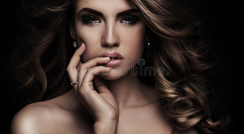 Skönhetstående av den eleganta kvinnan royaltyfria bilder