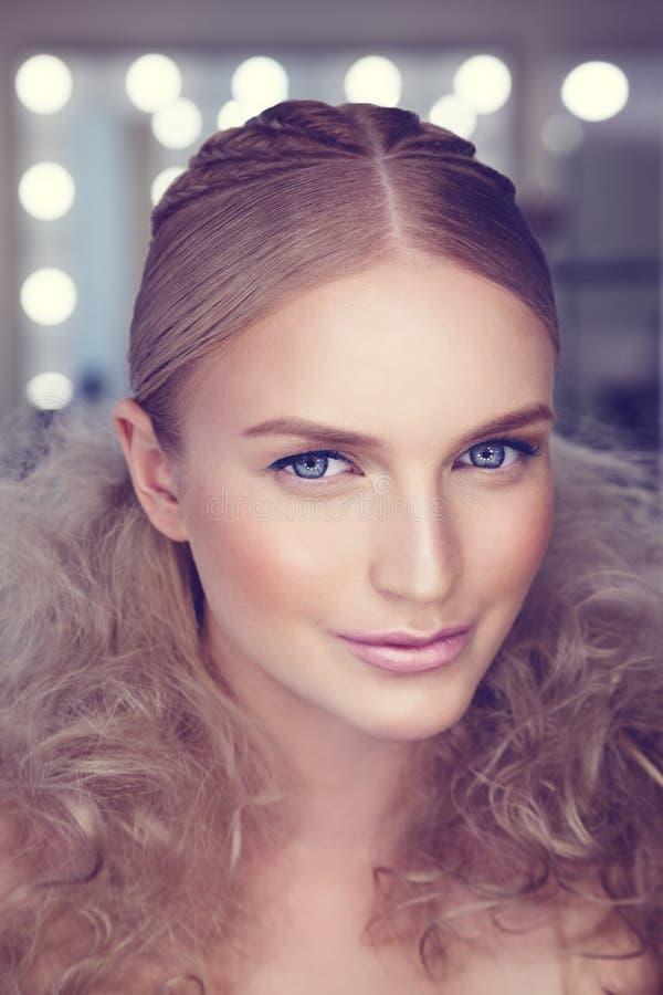 Skönhetstående av den gulliga kvinnan med idérikt smink och hairstyl royaltyfria foton