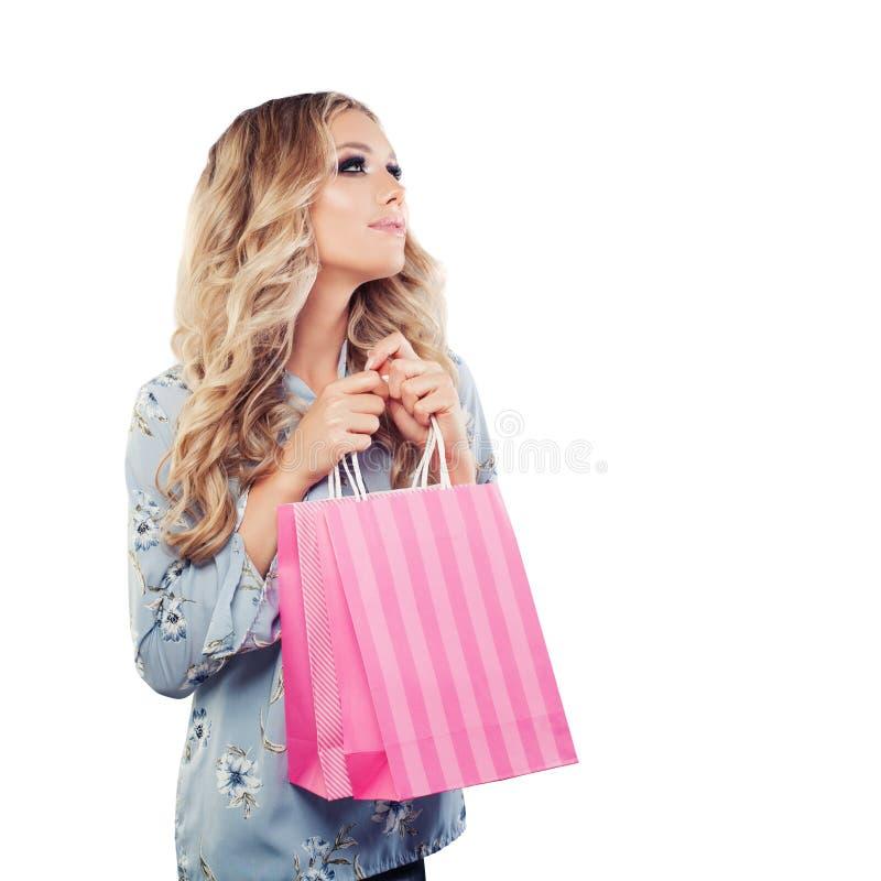 Skönhetstående av den gulliga kvinnan med shoppingpåsen royaltyfria foton