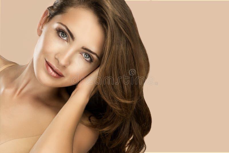 Skönhetstående av den kvinnliga framsidan med naturlig hud arkivfoton