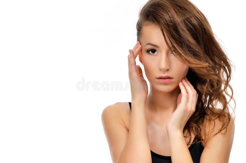 Skönhetstående av den kvinnliga framsidan med naturlig hud royaltyfria foton