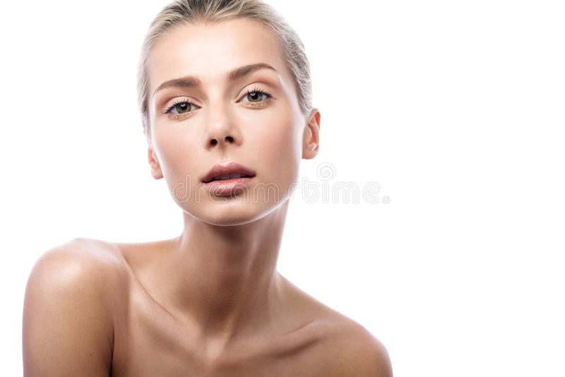 Skönhetstående av den kvinnliga framsidan med naturlig hud härlig blond flicka arkivfoton