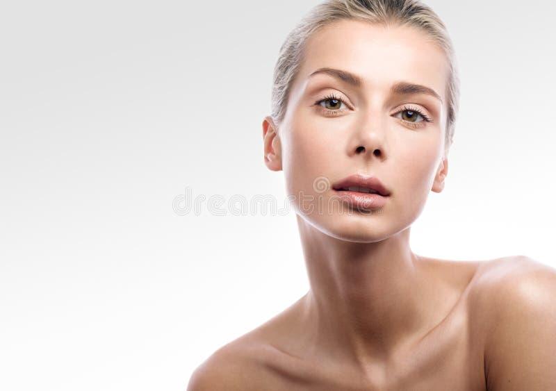 Skönhetstående av den kvinnliga framsidan med naturlig hud Härlig blond flicka med näck makeup arkivbilder