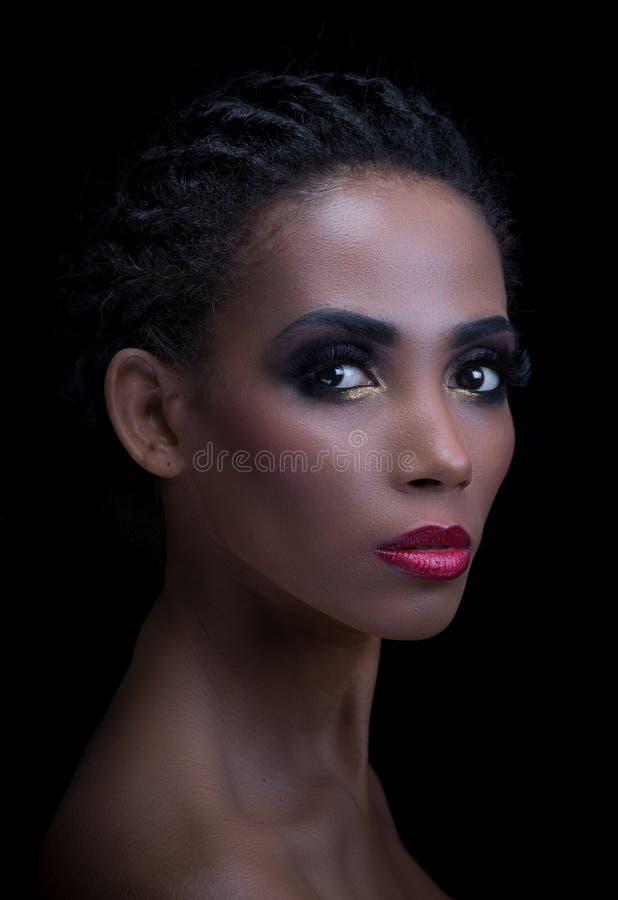 Skönhetstående av den mörka hud- eller mulattkvinnan royaltyfri foto
