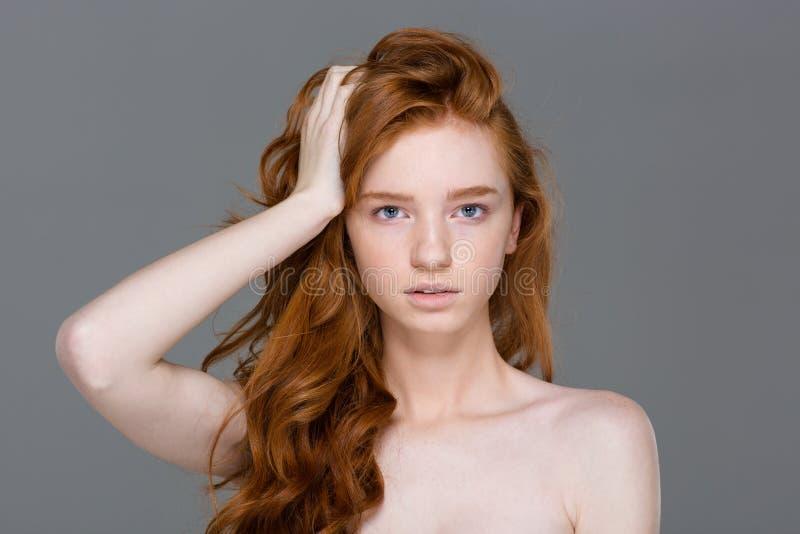 Skönhetstående av den mjuka kvinnan med härligt långt rött hår royaltyfria foton