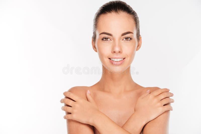 Skönhetstående av den näcka kvinnan som täcker hennes bröst royaltyfri bild