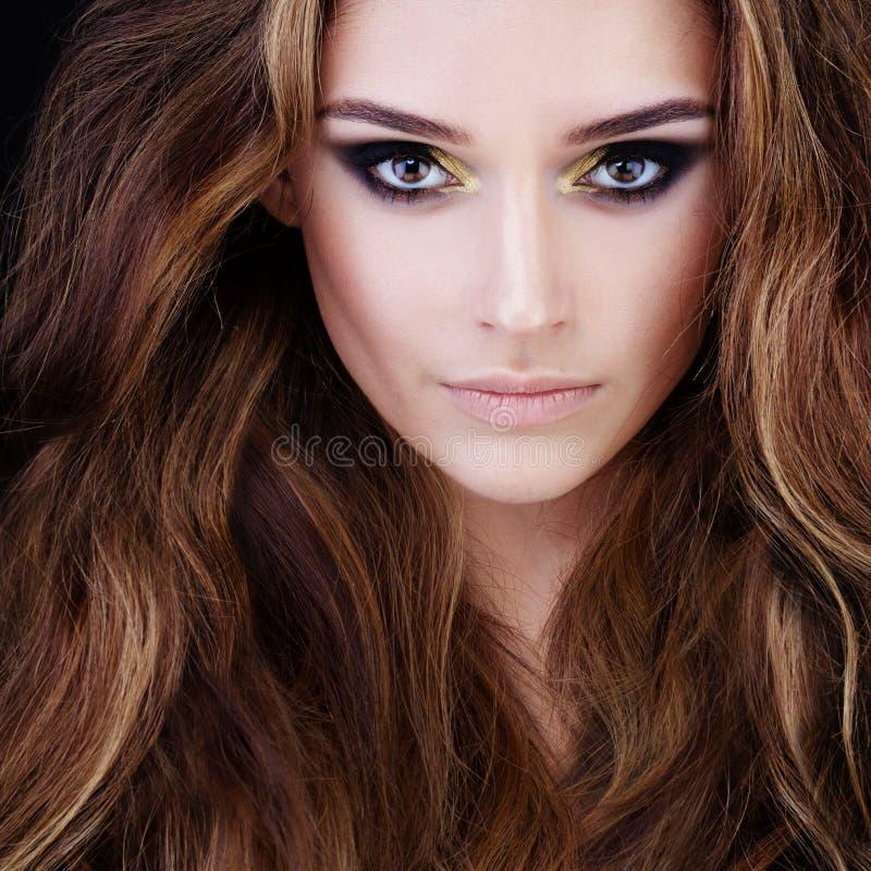 Skönhetstående av den nätta kvinnan med brunt hår arkivbilder