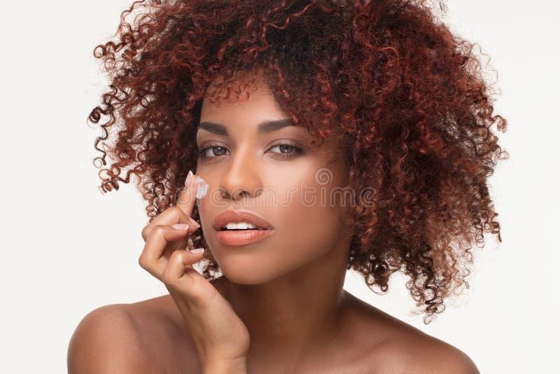 Skönhetstående av den naturliga flickan med afro fotografering för bildbyråer