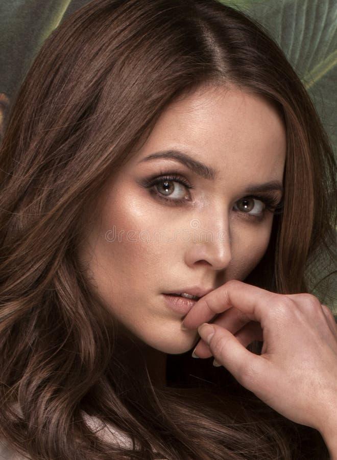 Skönhetstående av den naturliga unga kvinnan royaltyfria foton