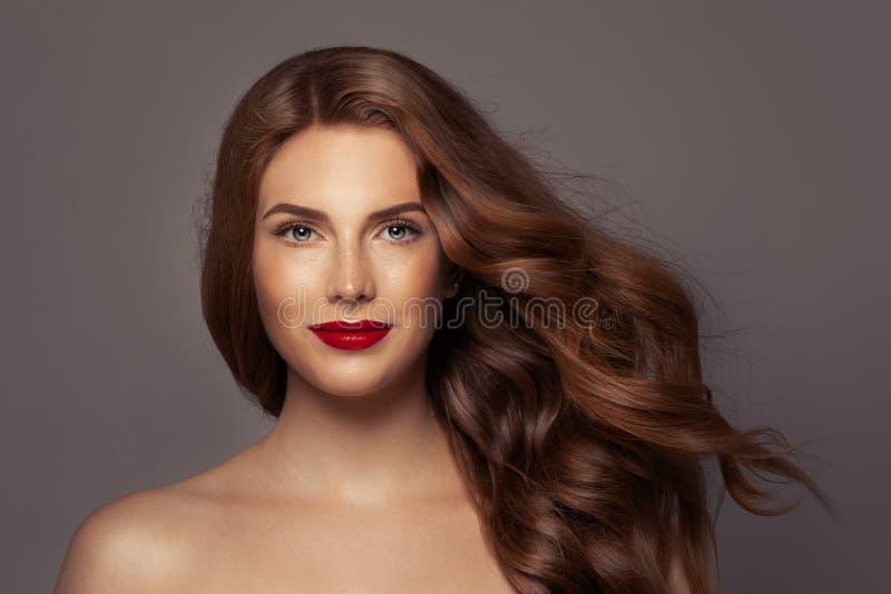 Skönhetstående av den perfekta röda huvudkvinnan härlig framsidakvinnlig royaltyfri foto