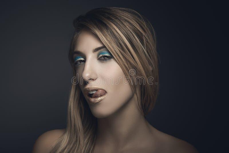 Skönhetstående av den sexiga blonda kvinnan royaltyfria foton