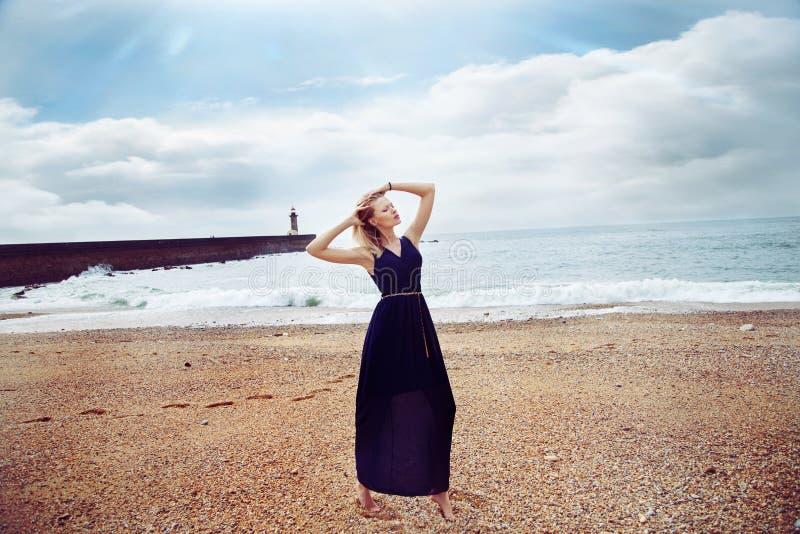Skönhetstående av den sinnliga blonda flickan. royaltyfri fotografi