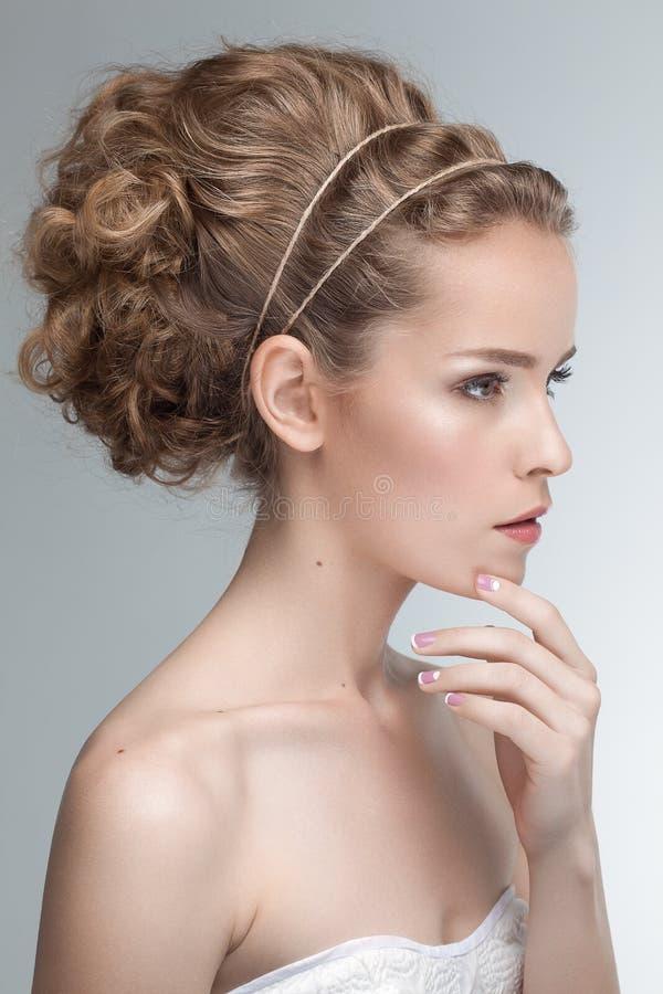 Skönhetstående av den sinnliga unga caucasian modellen med klämt fast naturligt lockigt hår arkivbilder