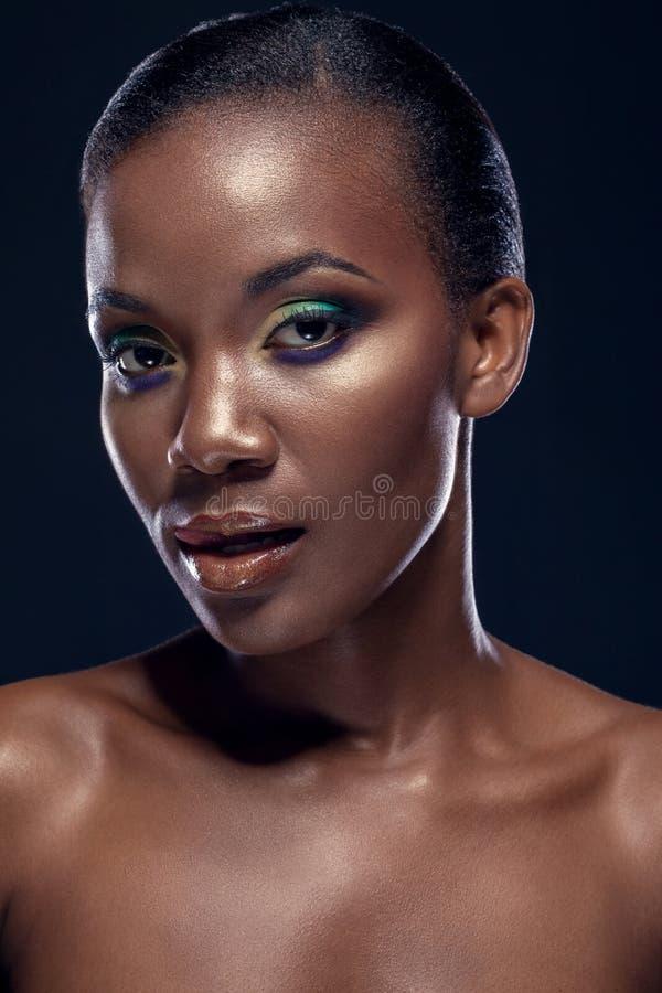 Skönhetstående av den stiliga etniska afrikanska flickan, på mörk backgro royaltyfri fotografi