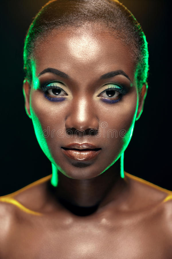 Skönhetstående av den stiliga etniska afrikanska flickan, på mörk backgro arkivfoto