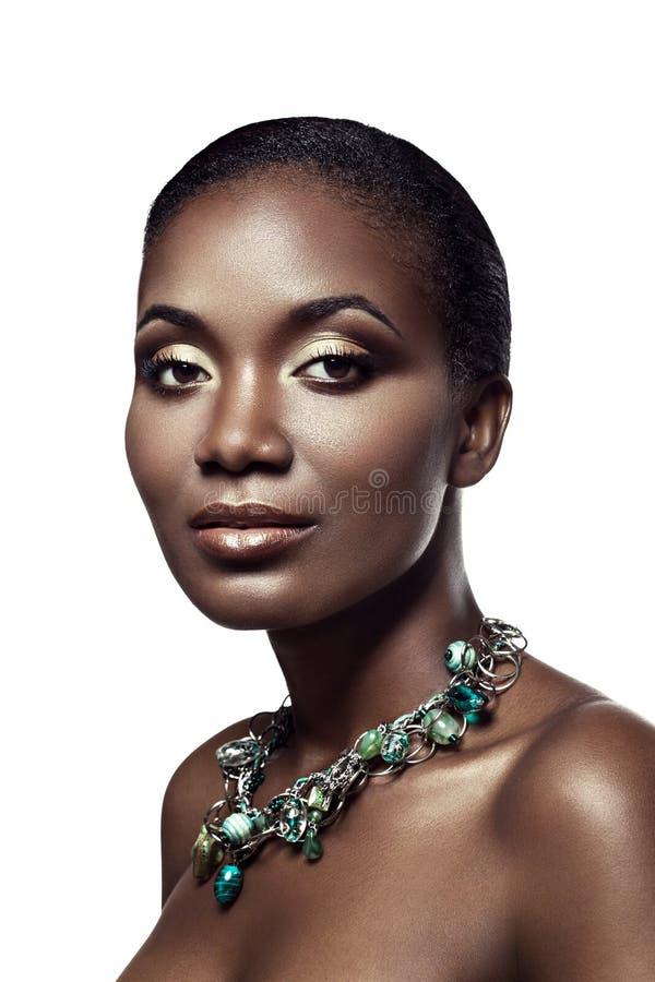 Skönhetstående av den stiliga etniska afrikanska flickan som isoleras på whi arkivfoto