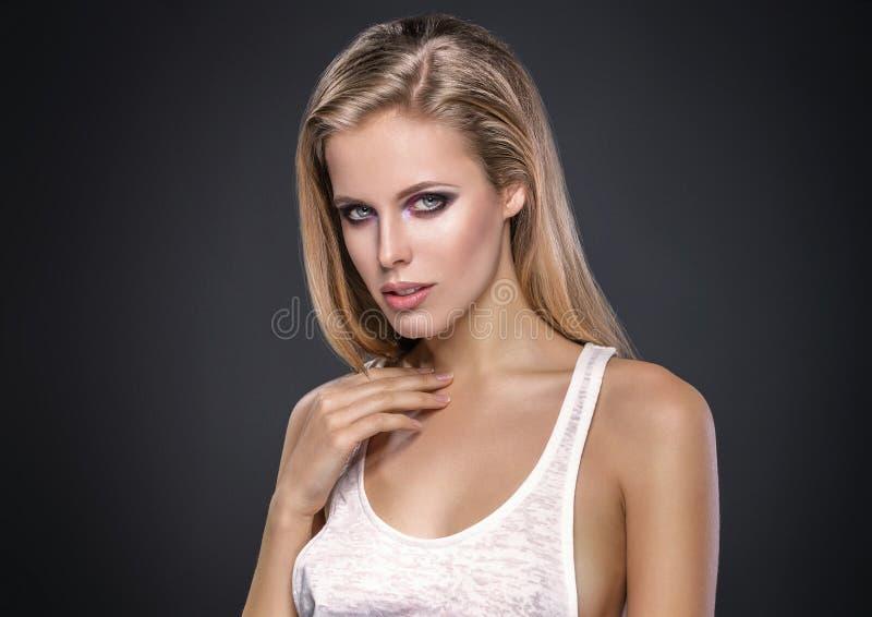Skönhetstående av den stiliga europeiska kvinnamodellen arkivbilder