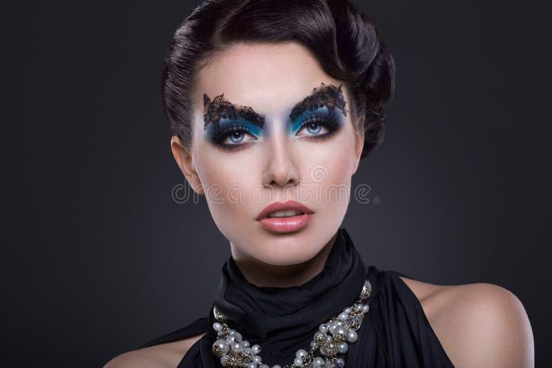 Skönhetstående av den stiliga flickan arkivfoton