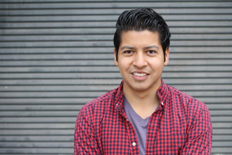 Skönhetstående av den stiliga latinamerikanska unga mannen som ler det friamaterielbild royaltyfria foton