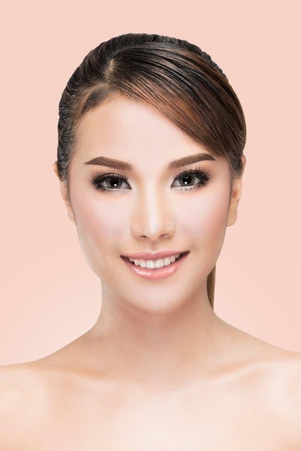 Skönhetstående av den unga asiatiska kvinnan som ler med den härliga sunda framsidan arkivfoton