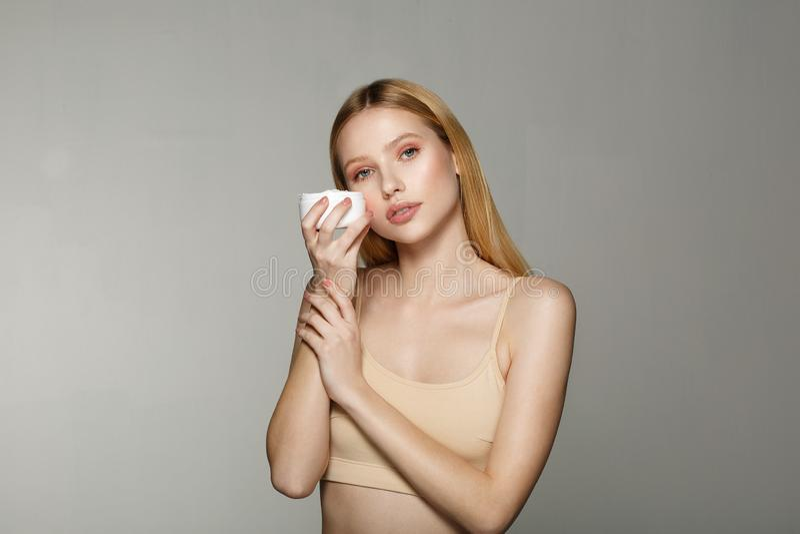 Skönhetstående av den unga blonda flickan med perfekt näck makeup arkivfoton
