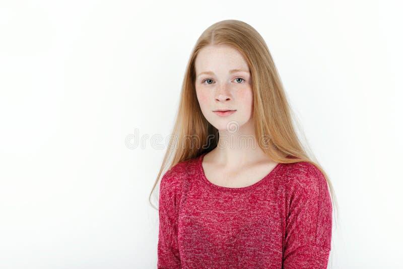 Skönhetstående av den unga förtjusande nya seende rödhårig mankvinnan med ursnyggt extra långt hår Sinnesrörelse- och ansiktsuttr arkivbilder