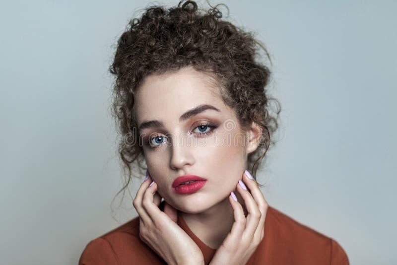 Skönhetstående av den unga härliga modellen med den samlade mörka byrackan arkivfoton