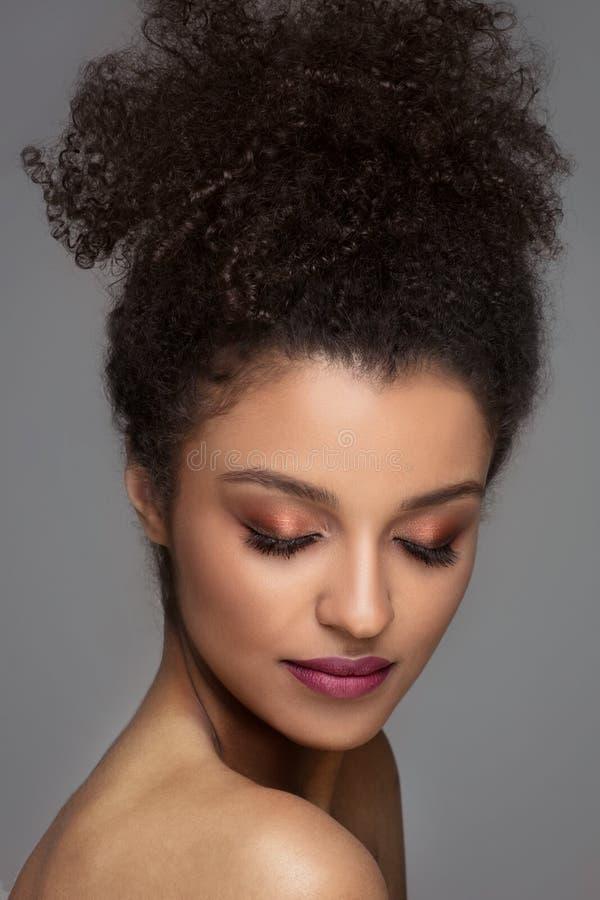 Skönhetstående av den unga kvinnan för mörk hud arkivbilder