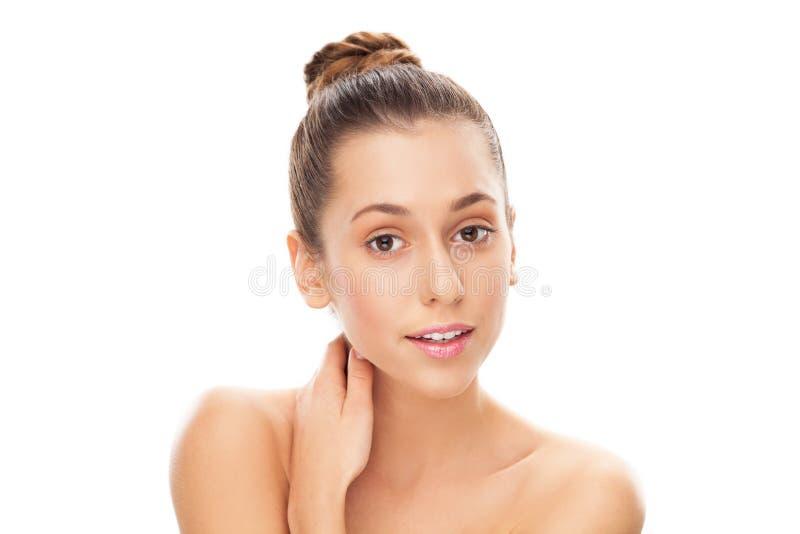 Skönhetstående av den unga kvinnlign
