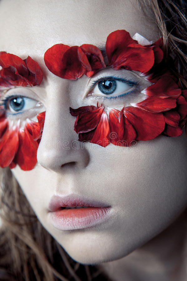 Skönhetstående av den unga modemodellen med våta hår och röd fl fotografering för bildbyråer