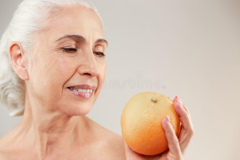 Skönhetstående av en älskvärd halv naken äldre kvinna royaltyfria foton