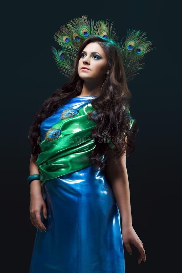 Skönhetstående av en blå gräsplan för härlig flicka royaltyfria bilder
