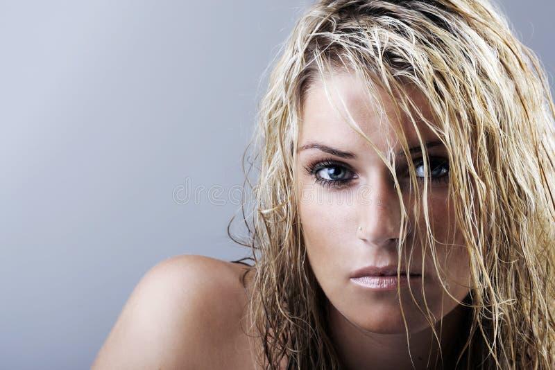 Skönhetstående av en blond kvinna med vått hår royaltyfri bild