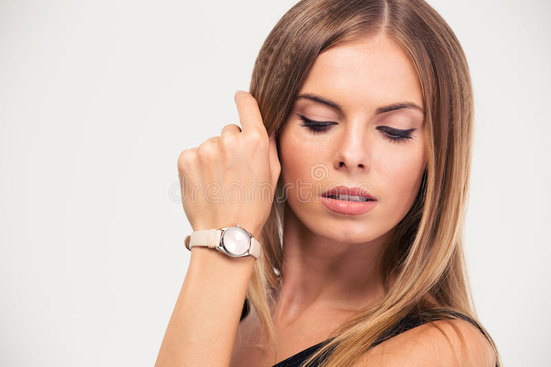Skönhetstående av en charmig kvinnlig modell royaltyfri foto