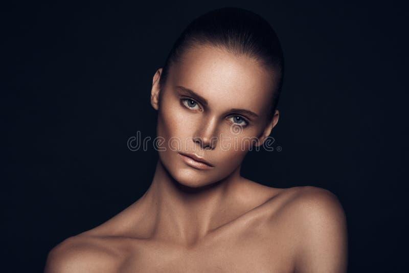 Skönhetstående av en europeisk ung flicka för mycket härligt brunt hår, arkivbild