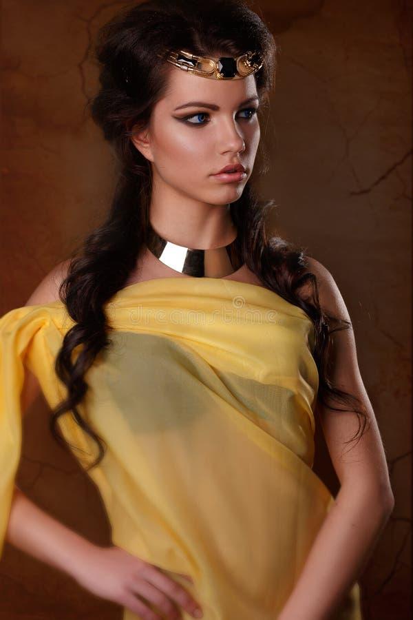 Skönhetstående av en flicka i bilden av den egyptiska farao Cleopatra arkivfoton