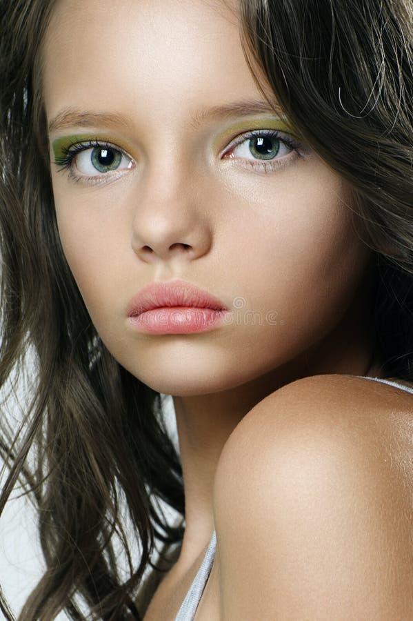Skönhetstående av en härlig ung flicka med uttrycksfulla ögon royaltyfri foto