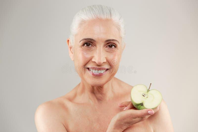 Skönhetstående av en le halv naken äldre kvinna royaltyfri foto