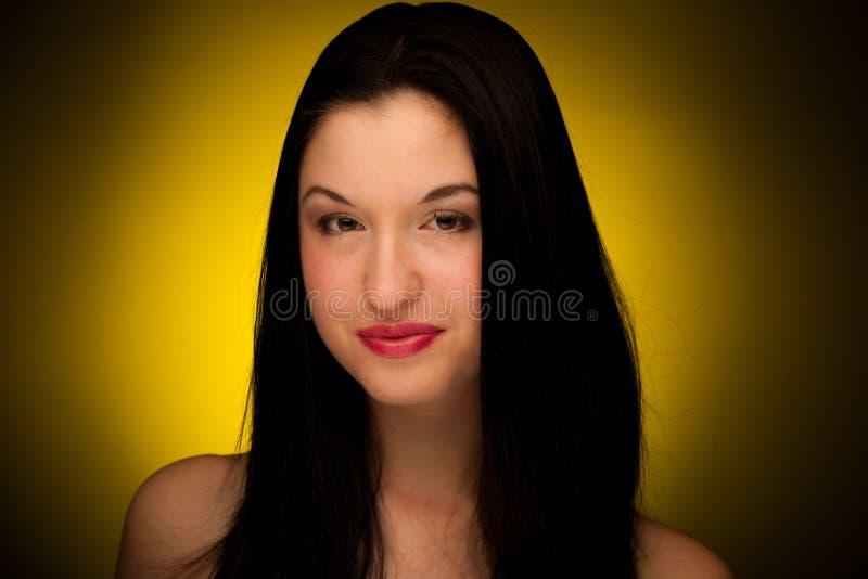Skönhetstående av en lycklig asiatisk kvinna med långt svart hår royaltyfri foto