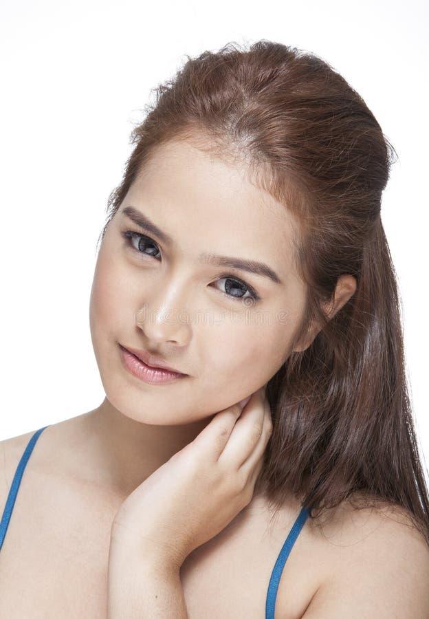 Skönhetstående av en ung brunettkvinna med härligt leende royaltyfria bilder