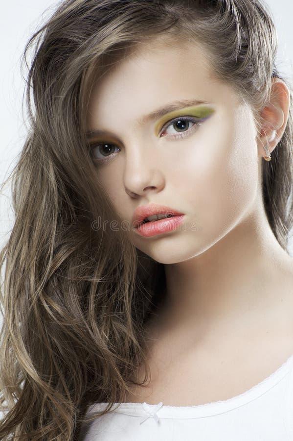 Skönhetstående av en ung flicka med ljus makeup och långt hår arkivfoton